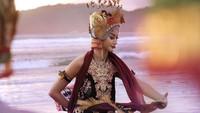 <p>Tak hanya itu, dalam beberapa sesi fotonya, Ayuma juga beberapa kali memakai busana adat lain. Kali ini, ia memakai busana yang dikenakan penari Gandrung asal Banyuwangi. (Foto: Instagram @ayumaulida97)</p>