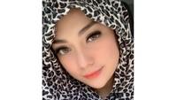 <p>Penampilan Celine dengan hijab motif leopard juga tak kalah memesona. Bunda empat anak ini terlihat seperti masih ABG ya? (Foto: Instagram: @celine_evangelista)</p>