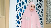 <p>Sebelumnya Celine memang kerap mengunggah potret memakai busana muslimah. Seperti ketika tampil anggun berbalut gamis warna pink, lengkap dengan khimar atau kerudung panjang. (Foto: Instagram: @celine_evangelista)</p>