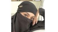 """<p>Tak hanya itu, Celine Evangelista juga mengenakan niqab atau cadar untuk membalut wajahnya. Potret itu membuatnya dipuji karena terlihat bak bidadari, Bunda. Ada pula yang mendoakannya agar menjadi mualaf. """"<em>Cantik banget muallaf ya syang,</em>"""" tulis netizen dengan akun @hj.*****. (Foto: Instagram: @celine_evangelista)</p>"""