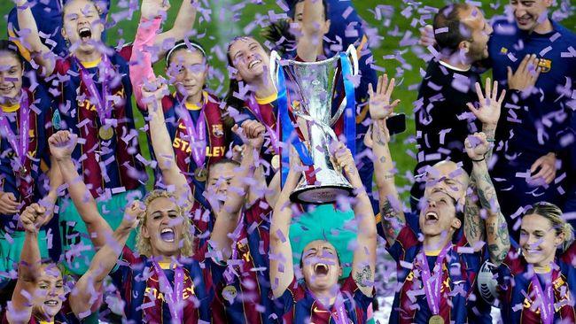 Pemain Barcelona Femeni atau tim wanita Blaugrana melakukan hal yang sama dengan tim pria, Gerard Pique, usai juara Liga Champions.