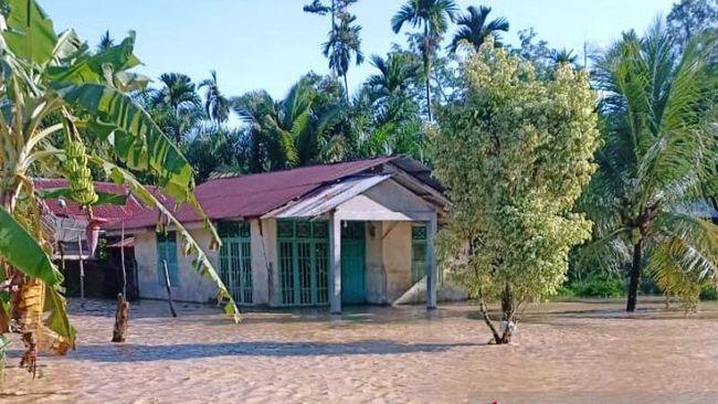 Banjir masih menggenangi sejumlah wilayah di Aceh hingga Minggu malam.