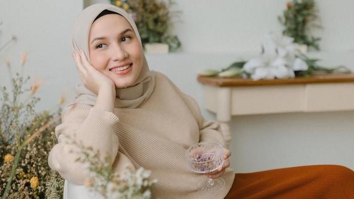 6 Inspirasi Padu Padan Rok ala Hijabers Dwi Handa, Simpel dan Manis