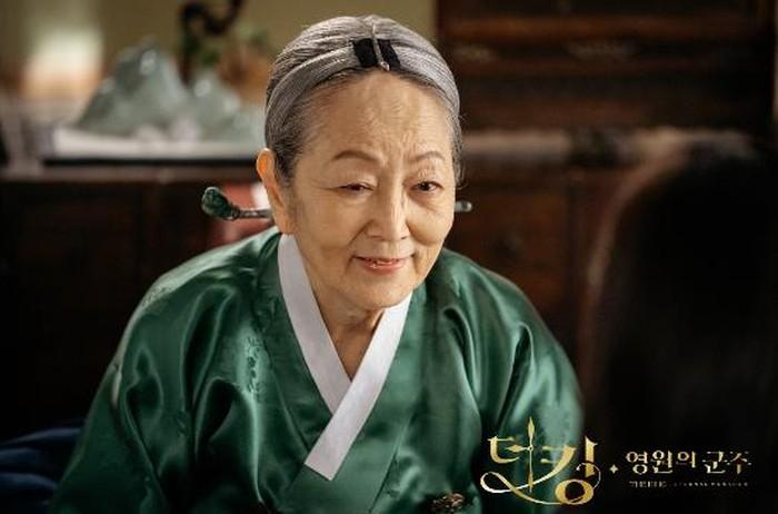 Kim Young Ok, debut pada tahun 1957 dan sampai sekarang masih diberi kepercayaan membintangi berbagai judul drama dan film hingga ia dijuluki sebagai Nenek Nasional / foto: instagram.com/sbsdrama.official