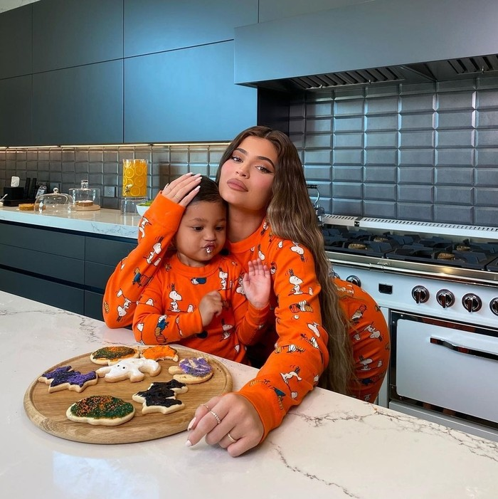 Kylie dan Stormi sepertinya sering memanggang kue bersama. Tentu dengan outfit yang tetap senada. (Foto: instagram.com/kyliejenner)