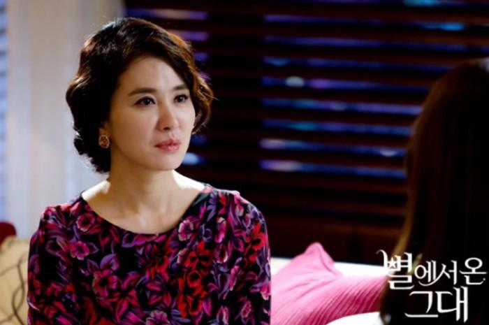 Lee Il Hwa, ibu paling ikonik dalam tiga drama Reply Series ini sukses membuat penonton jatuh hati dengan karakternya sebagai ibu yang polos dan lugu / foto: sbs.co.kr