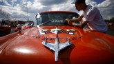 Penggemar muscle car di Rusia berkumpul saat Rusian Weekend Drags digelar pada 16 Mei 2021 di Vereya village, Bykovov.