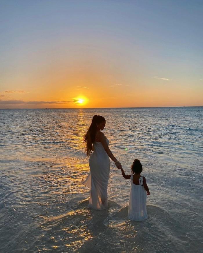 OOTD matching Kylie dan Stormi memang #instagramgoals banget ya. Tak terkecuali saat liburan menikmati matahari terbenam bersama. (Foto: instagram.com/kyliejenner)