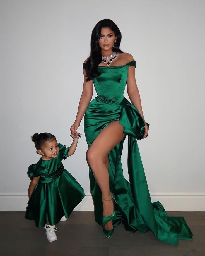 Potret glamor Kylie dan Stormi yang lain adalah saat mengenakan dress berwarna emerald ini yang lengkap dengan perhiasan senada. Dress ini dibuat khusus untuk Kylie dan Stormi oleh Ralph & Russo Haute Couture. (Foto: instagram.com/kyliejenner)