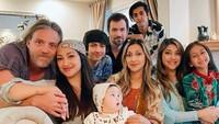 <p>Usai menikah, Rahma tinggal di Amerika Serikat bersama suaminya. Belum lama ini keluarga besar Azhari berkumpul di sana untuk merayakan Idul Fitri. (Foto: Instagram: @raazharita)</p>