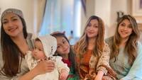 <p>Di hari Lebaran, Rahma Azhari juga berkumpul dengan kedua saudarinya. Tia dan Sarah Azhari turut mengabadikan potret kebersamaan mereka di Hari Raya. (Foto: Instagram: @raazharita)</p>