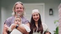 <p>Meski tak lagi tinggal di Indonesia, Paris Chong tetap merayakan Idul Fitri agar sang istri tetap dapat merasakan semarak Lebaran usai berpuasa di bulan Ramadhan. So sweet ya Bunda? (Foto: Instagram: @raazharita)</p>