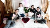 <p>Shaista dan kedua adiknya juga ikut serta merayakan hari jadi pernikahan Ayah dan Ibunda. <em>So sweet</em> ya? (Foto: Instagram: @rio.stokhorst)</p>