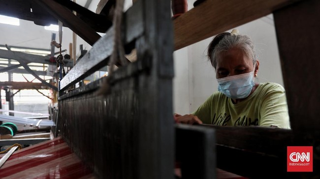 Seperti daerah lain di Indonesia, Palembang juga memiliki kain tenun khasnya yang dikenal sebagai tenun tajung. Kain ini memiliki ragam motif yang memikat.