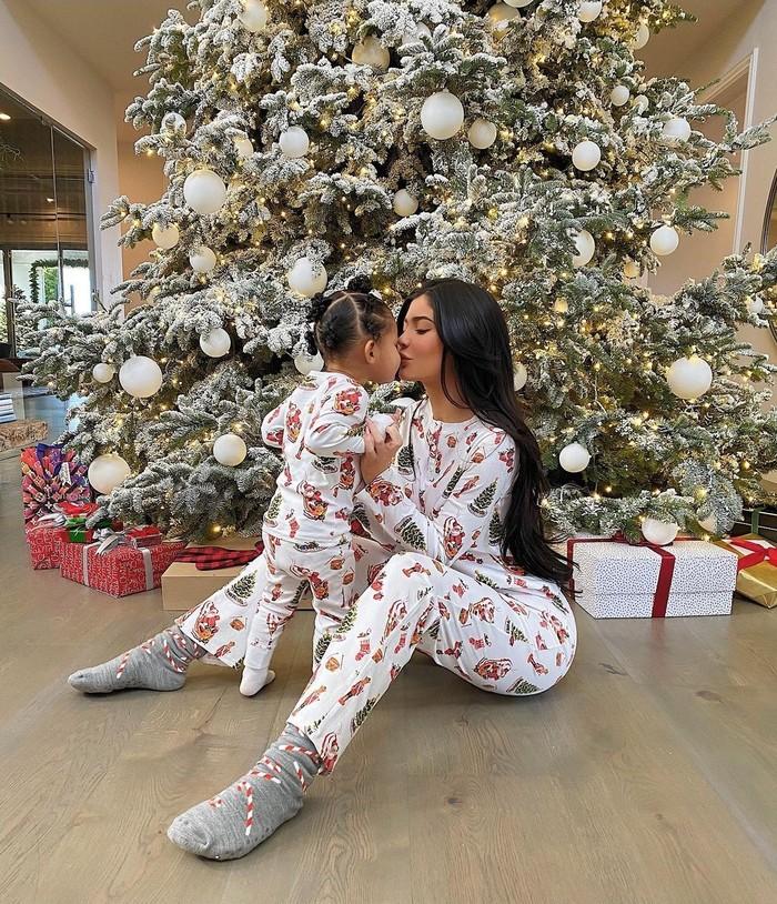 Tidak hanya pakaian mewah saja, outfit matching Kylie dan Stormi yang stylish juga termasuk piyama mereka. Gemas banget, ya! (Foto: instagram.com/kyliejenner)