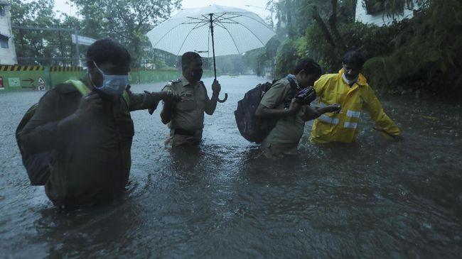 Angkatan Laut India melaporkan 127 orang hilang setelah sebuah kapal yang berlayar di lepas pantai Mumbai tenggelam akibat dihantam Topan Tauktae.
