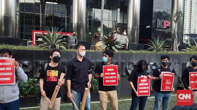 Koalisi masyarakat sipil menggelar aksi simbolik memprotes pembebastugasan 75 pegawai KPK dan TWK proses alih status menjadi ASN yang dianggap problematis.