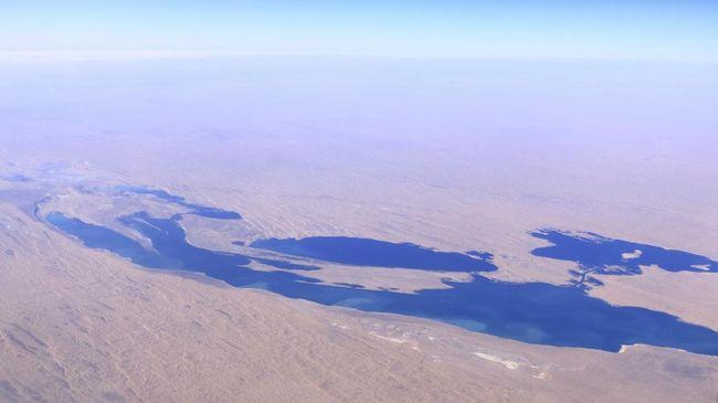 Tak ada air di Aral Sea. Kini tersisa di sana ialah bekas tempat uji coba senjata biologis milik Uni Soviet dengan tabung-tabung virus cacar sampai antraks.