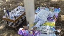 FOTO: Upaya Pasien Covid India Perpanjang Napas dari Pohon