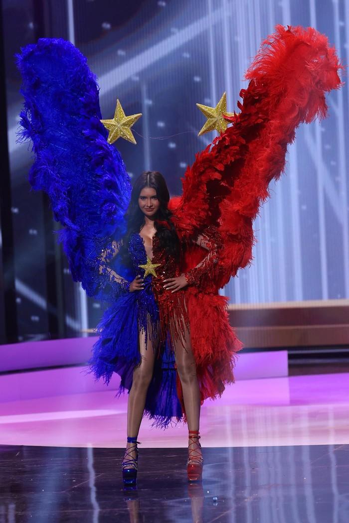 Miss Filipina, Rabiya Mateo, disebut-sebut memakai kostum nasional seperti peragaan busana bak Victoria's Secret. Dia memakai kostum berbentuk kupu-kupu dengan warna bendera negaranya/Sumber/Insider.