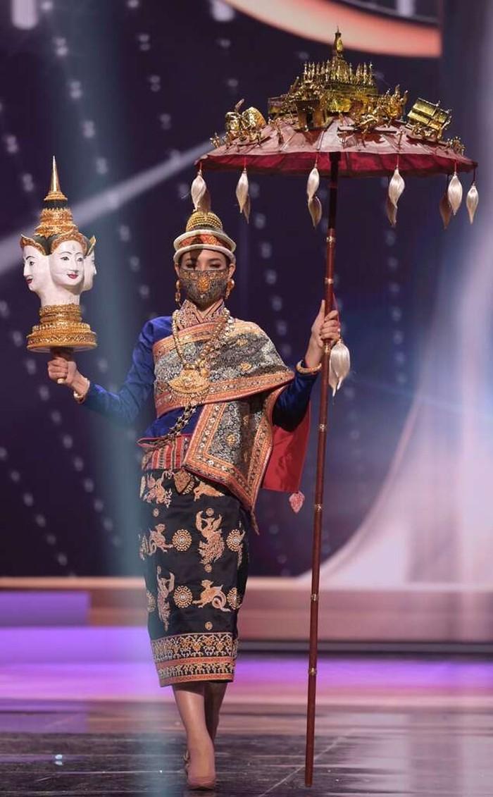 Miss Laos, Christina Lassasimma, tampil dengan kostum tradisional, lengkap dengan aksesorisnya, yang menggambarkan peringatan Lao New Year/Sumber/eonline.