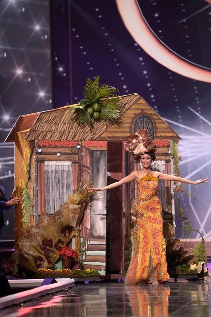 Miss Malaysia, Francisca Luhong James, memakai kostum dengan bawaan yang cukup menghebohkan panggung dengan replika rumah tradisional/Sumber/Insider.