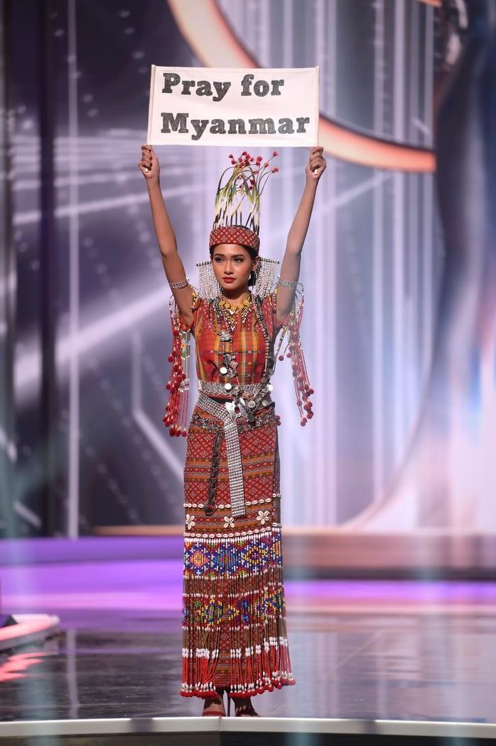 Miss Myanmar Thuzar Wint Lwin menjadi pemenang Best National Costume dalam Miss Universe 2021 sembari menyuarakan pesan 'Pray for Myanmar' yang kini tengah dalam konflik/Sumber/Insider.