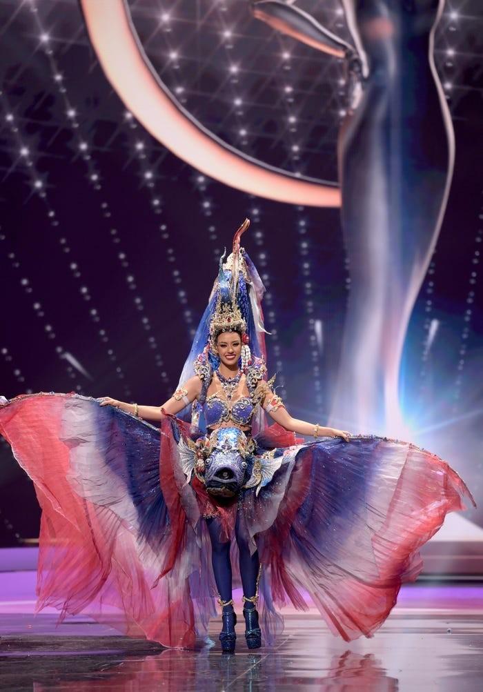 Miss Thailand, Amanda Odbam, memakai kostum yang terinspirasi oleh Tri Hong, ikan yang menyerupai warna bendera Thailand/Sumber/Insider.