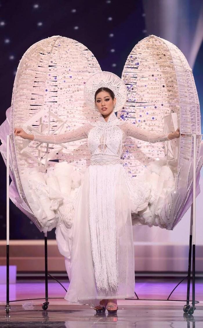 Miss Vietnam, Nguyen Tran Khanh Van, tampil unik dengan hadir memakai kostum seperti cangkang telur yang menutupi bagian atas hingga lutut tubuhnya/Sumber/Eonline.