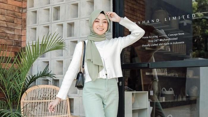 Tampak Segar dan Cerah, Ini 5 Inspirasi Outfit Hijab Warna Hijau ala Selebgram untuk Sehari-hari