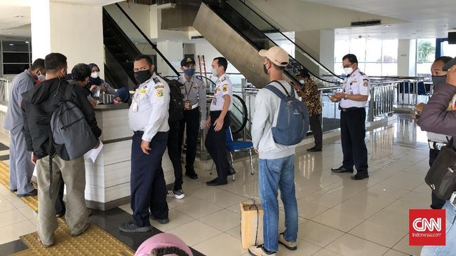 Para penumpang dari luar kota yang tiba di Terminal Pulogebang mengikuti tes antigen sebelum diizinkan pulang.