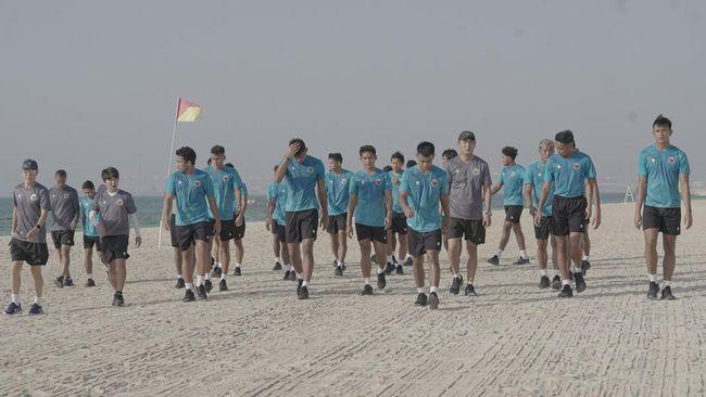 Timnas Indonesia menjalani latihan santai di pantai setelah beberapa jam tiba di Dubai, Uni Emirat Arab, Senin (17/5) sore waktu setempat.