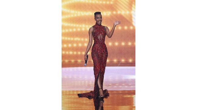 Gaun rancangan desainer Indonesia, Tex Saverio, kembali melenggang di panggung Miss Universe. Gaun dikenakan oleh Miss Universe 2019, Zozibini Tunzi.