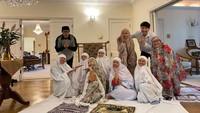 <p>Armand Maulana turut mengajak para kerabat dan keluarganya menunaikan ibadah shalat Ied di London. Mereka shalat berjemaah di dalam wisma tempat mereka singgah, Bunda. (Foto: Instagram: @armandmaulana04)</p>