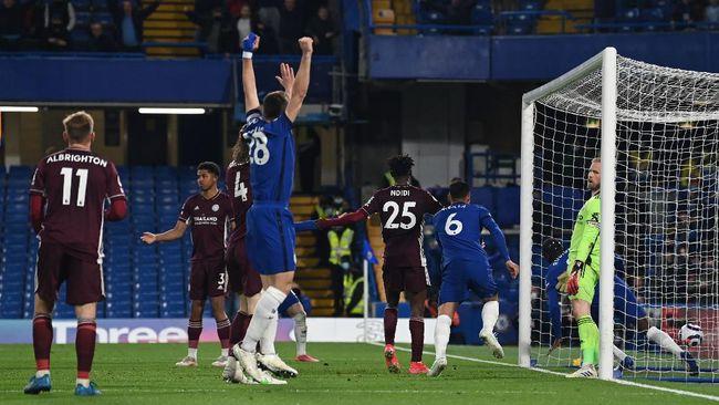 Persaingan empat besar Liga Inggris masih berlangsung menarik setelah Chelsea berhasil mengalahkan Leicester City 2-1 pada pekan ke-37, Rabu (19/5).