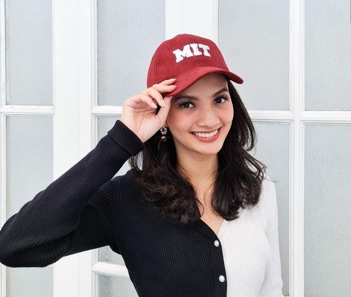 Dara cantik berusia 25 tahun ini adalah alumni jurusan Ilmu Komputer UGM. Lalu kini Sabrina diterima sebagai mahasiswa System Design & Management di MIT. Keren banget ya! (Foto: instagram.com/sabrinaanggraini)