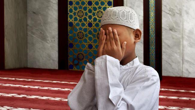 Seorang anak dari TKI bernama Hisyam kini hidup sebatang kara di Arab Saudi. Ibunya meninggal, sementara ayah kembali ke Bangladesh.