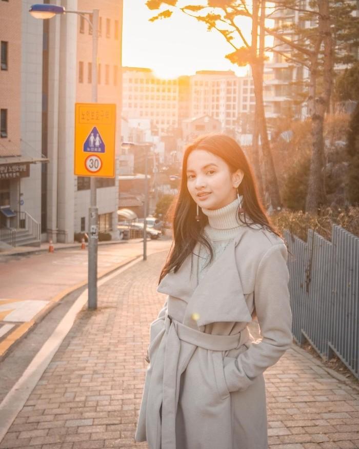 Ini adalah potret Sabrina saat berada di Korea. Suasananya seperti dalam drama-drama Korea, ya. (Foto: instagram.com/sabrinaanggraini)
