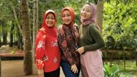 <p>Pose tiga generasi dulu nih. Zara bersama Bunda Atalia dan sang nenek. Semoga sehat selalu dan makin kompak yaaa... (Foto: Instagram @ataliapr)</p>
