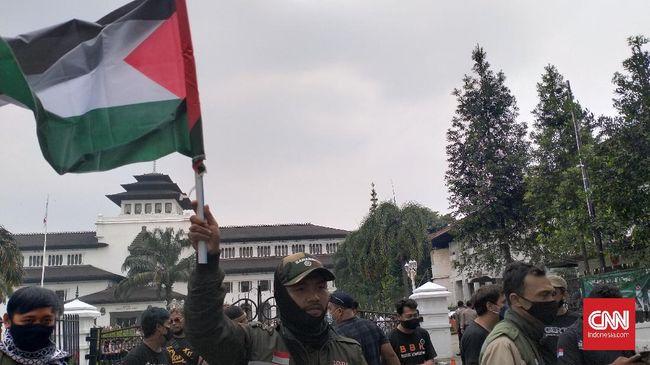 Massa ojol, sebagian membawa bendera Palestina dan spanduk 'Save Palestine', dilakukan di Bandung pada Rabu (19/5).