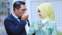 <p>Gubernur Jawa Barat Ridwan Kamil dan sang istri, Atalia Praratya, menikah sejak 1996 silam. Mereka punya dua anak kandung dan satu anak angkat, Bunda. (Foto: Instagram @ataliapr)</p>