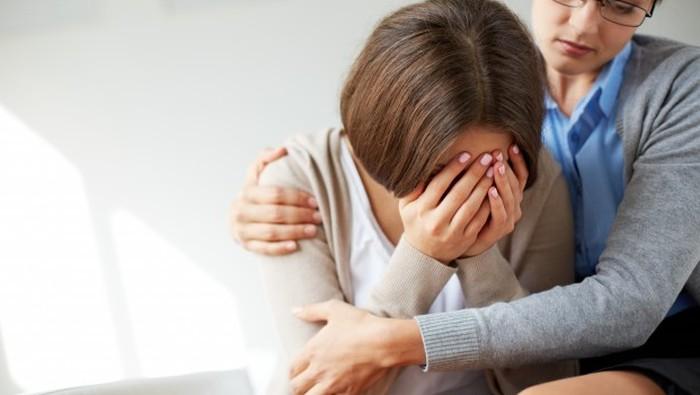 Hindari Melakukan 3 Hal Sepele Ini ketika Temanmu Sedang Menangis