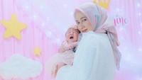 <p>Dengan penampilan baru tersebut, pesona ibu dari seorang bayi perempuan ini makin terpancar. (Foto: Instagram @vivin.fy).</p>