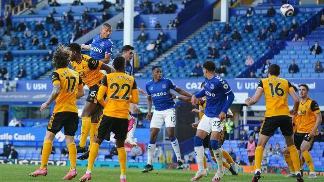 Premier League mewajibkan pemain melakukan vaksin Covid-19 dua dosis jika ingin bermain di Liga Inggris musim 2021/2022.