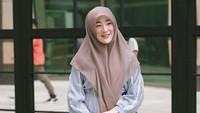 <p>Meski tampil dengan memakai tren fashion Korea Selatan, Larissa Chou tetap tampil santun dengan busana syar'i. Lihat saja padu padan <em>ruffle blouse</em> dan <em>maxi skirt</em> dengan hijab segi empat. Ia juga tetap memakai kaos kaki meski mengenakan <em>flatshoes</em>. (Foto: Instagram: @larissachou)</p>
