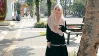 <p>Meski tampil pakai gamis, gaya busana Larissa Chou tetap terlihat modis bak anak muda. Seperti ketika memakai gamis beraksen <em>list</em> warna hitam. Nuansa bold disederhanakan dengan hijab segi empat bernuansa pastel. (Foto: Instagram: @larissachou)</p>