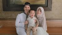 <p>Putra sulung almarhum Ustaz Arifin Ilham, Alvin Faiz, mengakhiri masa lajang dengan menikahi wanita cantik bernama Larissa Chou pada 2016. Mereka telah dikaruniai seorang anak bernama Yusuf. Sayangnya, Larissa baru saja menggugat cerai sang suami lewat Pengadilan Agama Cibinong, Jawa Barat, pada Kamis (20/5/2021). (Foto: Instagram: @larissachou)</p>