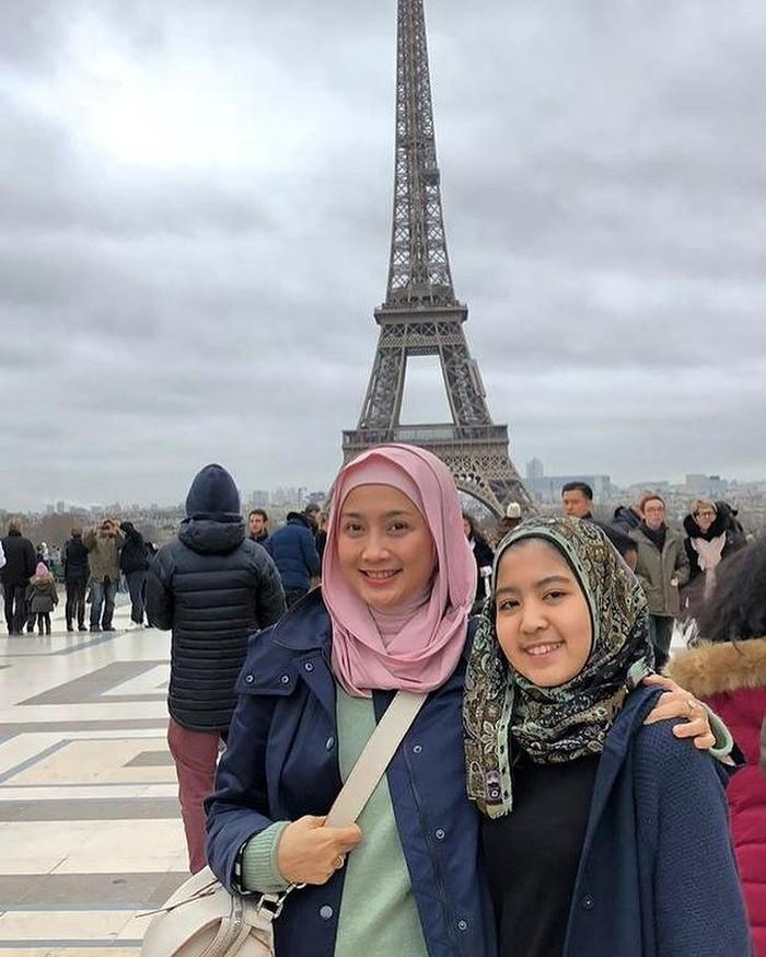 Liburan ke Paris, Perancis, kurang lengkap jika Desy Ratnasari tak berfoto di depan menara Eifel bersama putri semata wayangnya. (foto: instagram.com/desyratnasariterdepan)