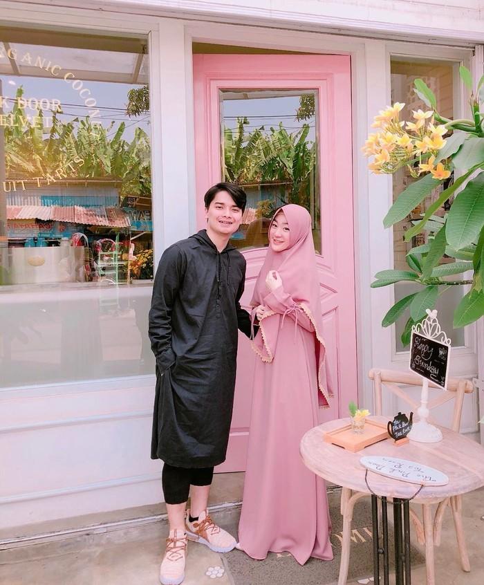 "Mereka dikabarkan akan bercerai setelah Alvin mengunggah foto pernikahannya yang dihadiri sang adik, Ameer Azzikra, dengan caption ""The End"". (foto: instagram.com/alvin_411)"