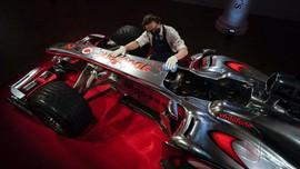 FOTO: Mobil Balap Lewis Hamilton Dilelang Rp100 Miliar